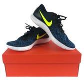 Nike Sneakers à vendre à un magasin de chaussures Photo libre de droits