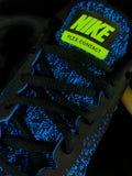 Nike Sneakers en un contexto negro fotos de archivo