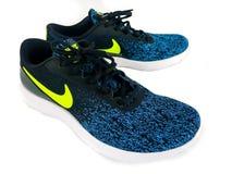 Nike Sneakers para la venta en una zapatería fotografía de archivo