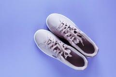 Nike Tennis Classic s'est lev?e espadrille rose sur le fond violet images stock