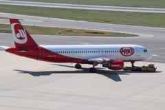 Niki乘出租车对跑道的空中客车A320在维也纳机场 库存图片
