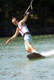 Nikita Martianov, das masterclass auf wakeboard gibt Stockbild
