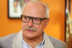 Nikita Mikhalkov fala na noite da silhueta do russo do fundo da caridade Imagem de Stock Royalty Free