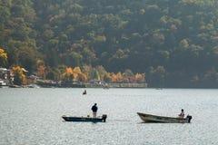 Nikko Japão - 3 de outubro de 2015: Os homens da pesca estão no barco no lago ChuzenjiChuzenjiko em Nikko fotos de stock royalty free