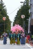 NIKKO JAPAN - APRIL 16: Folket av Nikko firar den Yayoi festivaen Arkivfoto