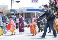 NIKKO JAPAN - APRIL 16: Folket av Nikko firar den Yayoi festivaen Arkivfoton