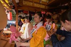 NIKKO JAPAN - APRIL 16: Folket av Nikko firar den Yayoi festivaen Arkivbild
