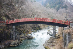 NIKKO, JAPAN - 22. FEBRUAR 2016: Rote Brücke Shinkyo in Japan Stockbilder