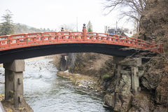 NIKKO, JAPAN - 22. FEBRUAR 2016: Rote Brücke Shinkyo in Japan Stockfotografie