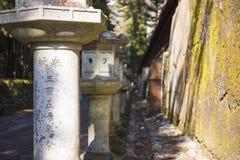 NIKKO JAPONIA, LUTY, - 22, 2016: kamienna filaru lampionu droga przemian Obrazy Stock