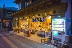 NIKKO JAPONIA, LUTY, - 21, 2016: Pamiątka sklep na poboczu wewnątrz Obrazy Stock