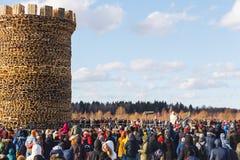 Nikola-Lenivets - mars 9, 2019: Pannkakavecka Bränna av fästningen av bastillen arkivfoto