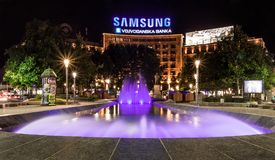 Nikola Pasic-vierkant, Samsung, Vojvodjanska-banka en mooie purpere fontein stock afbeeldingen