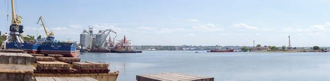 Nikolaev, Ucraina Vista del porto marittimo dal cantiere navale immagini stock libere da diritti