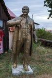 NIKOLAEV Ukraina - CIRKA 2013: Statyn av Vladimir Lenin - Ulyanov i ett privat privat museum av övergav Sovjet-era monumen arkivfoto