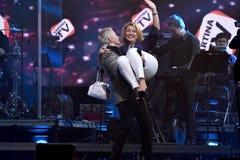 Nikolai Baskov-Aufzug-oben Lottogewinnerfrau auf Händen während des Jahr-Geburtstagskonzerts Viktor Drobyshs 50. bei Barclay Cent Lizenzfreies Stockfoto