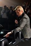 Nikolai Baskov, der dem Lottogewinner Autoschlüssel am Jahr-Geburtstagskonzert Viktor Drobyshs 50. bei Barclay Center gibt Stockfoto