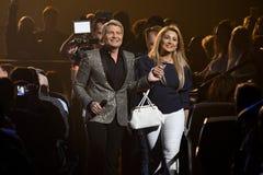 Nikolai Baskov L e mulher do vencedor de loteria que anda ao carro durante concerto do aniversário do ano de Viktor Drobysh o 50t Imagem de Stock Royalty Free