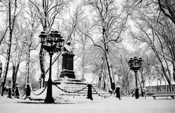 Nikolai Gogol Old Monument en Nizhyn, Ucrania, nieve del coverd Imagen de archivo libre de regalías