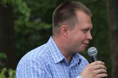 Nikolay Lyaskin talar på ett möte av aktivister i den Khimki skogen Royaltyfria Bilder