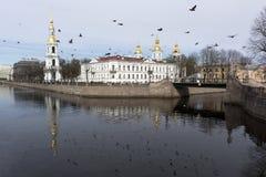 Nikolo-Bogoyavlensky; собор моря; канал; вода; голубь; flyin Стоковое Изображение