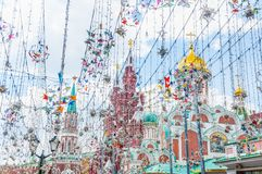Nikolskaya街道的装饰在一个晴天 我们的L克里姆林宫、历史博物馆和大教堂的Nikolskaya塔看法  免版税库存图片