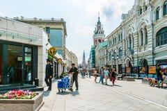 Nikolskaya gata av Moskva Royaltyfria Foton
