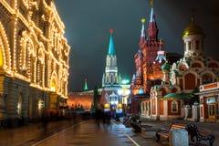 Nikolskaya gata i Moskva på nattetid. Ryssland Arkivbild