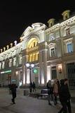 Nikolskaya gata i Moskva vid natt Arkivfoton