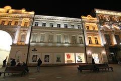 Nikolskaya gata i Moskva vid natt Royaltyfri Bild
