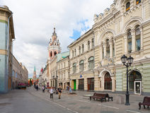 Nikolskaya gata och MoskvaKreml Arkivfoton