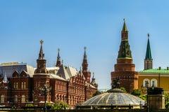 Nikolskaya och hörnet Arsenalnaya står högt i MoskvaKreml på röd fyrkant Historiskt museum och Okhotny Ryad, Manezhnaya fyrkant Royaltyfria Foton