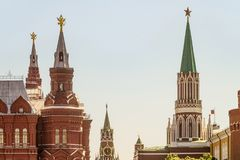 Nikolskaya, Spasskaya-torens en torens van het historische museum in Moskou het Kremlin op Rood Vierkant stock afbeelding