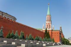 Nikolskaya torn med Kremlväggen i sommar Arkivbild