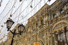 Nikolskaya ulica, Moskwa, Rosja - Nikolskaya ulica w centrum miasta dekorował z kolorowymi światłami fotografia stock