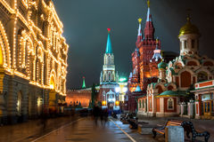 Nikolskayastraat in Moskou bij nacht. Rusland Stock Fotografie