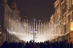 Nikolskayastraat in Nieuwjaar en Kerstmisverlichtingsdecoratie Stock Foto's