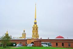 Nikolsky圣徒传道者Pyotr和Pavel帷幕和大教堂在彼得和保罗堡垒在圣彼得堡,俄罗斯 免版税库存图片