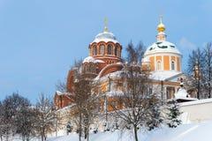 Nikolsky och Pokrovsky domkyrkor av den Pokrovsky Khotkov kloster i vinter, Khotkovo stad, Sergiev Posad område royaltyfria bilder