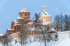Nikolsky och Pokrovsky domkyrkor av den Pokrovsky Khotkov kloster i vinter, Khotkovo stad, Sergiev Posad område royaltyfri fotografi