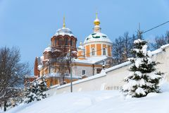 Nikolsky och Pokrovsky domkyrkor av den Pokrovsky Khotkov kloster i vinter, Khotkovo stad, Sergiev Posad område arkivbilder