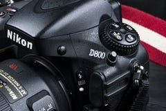 Nikon D800 DSLR cyfrowa kamera z Nikkor 24-120mm obiektywem na czarnym drewnianym tle Fotografia Stock