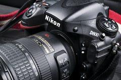 Nikon D800 DSLR cyfrowa kamera z Nikkor 24-120mm obiektywem na czarnym drewnianym tle Fotografia Royalty Free