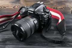 Nikon D800 DSLR cyfrowa kamera z Nikkor 24-120mm obiektywem na czarnym drewnianym tle Zdjęcia Royalty Free