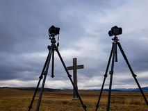 Nikon D800 en D300-camera's op Manfrotto-driepoten voor houten kruis royalty-vrije stock foto's