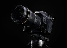 Nikon D750 en Zoomlens over zwarte achtergrond royalty-vrije stock afbeeldingen