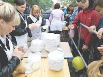 NIKOPOL, DE OEKRAÏNE - MAG, 2019: distributie van voedsel aan de behoeftige, liefdadigheidsgebeurtenis royalty-vrije stock foto