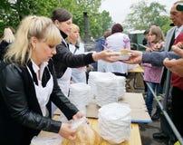 NIKOPOL, DE OEKRAÏNE - MAG, 2019: distributie van voedsel aan de behoeftige, liefdadigheidsgebeurtenis royalty-vrije stock afbeelding
