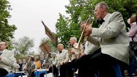 NIKOPOL, UCRANIA - MAYO DE 2019: La orquesta juega las canciones militares para los ancianos en la calle 9 de mayo día de fiesta, almacen de video