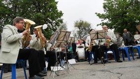 NIKOPOL UKRAINA, MAJ, -, 2019: Orkiestra bawić się militarne piosenki dla starszych osob na ulicie Maja 9 wakacje dzień zwycięstw zbiory